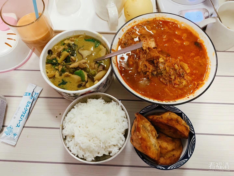 今天做了泰国绿咖喱、韩国土豆汤,再加上我们福清海蛎饼~