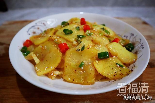 最近超火的土豆做法,简单一做,片片香辣美味,大人小...