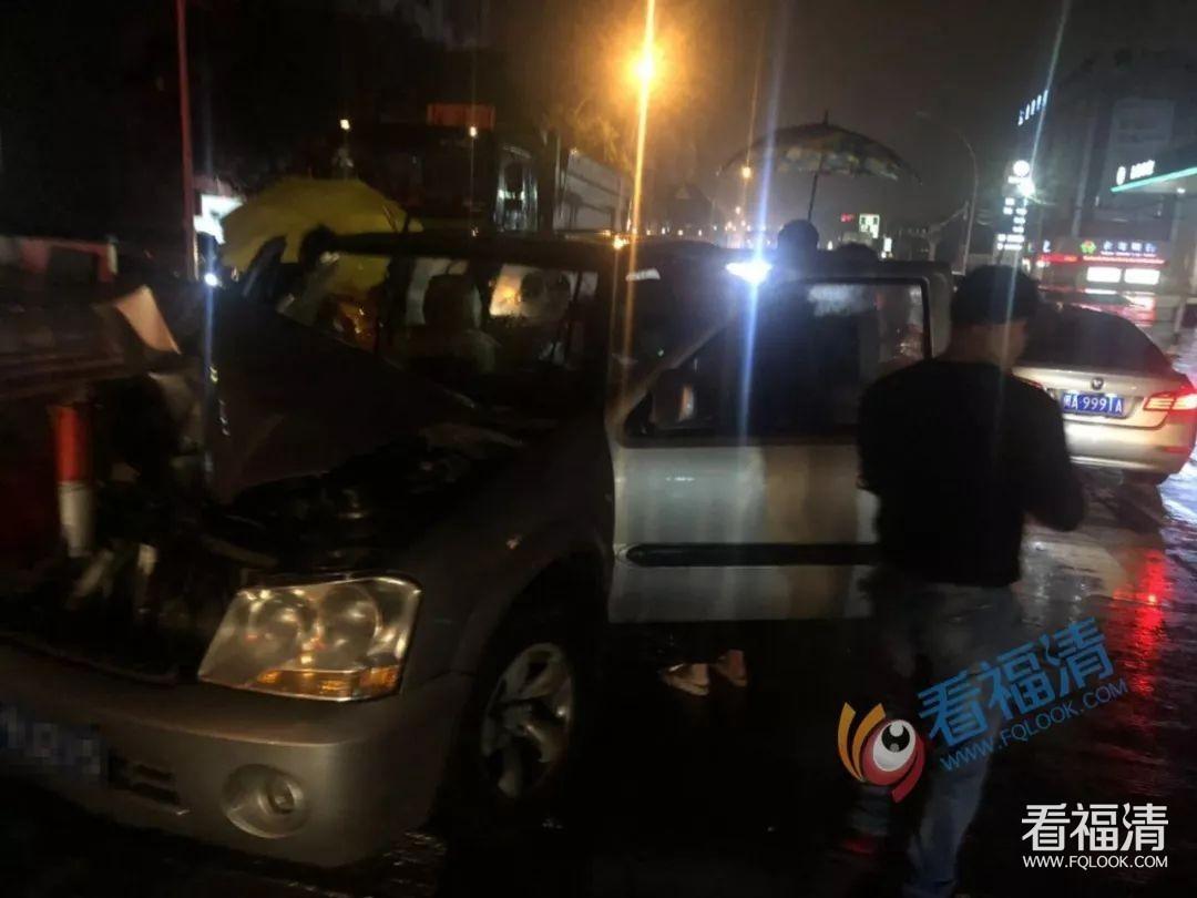 突发!324国道宏路段两车追尾,汽车损毁严重,司机受伤...