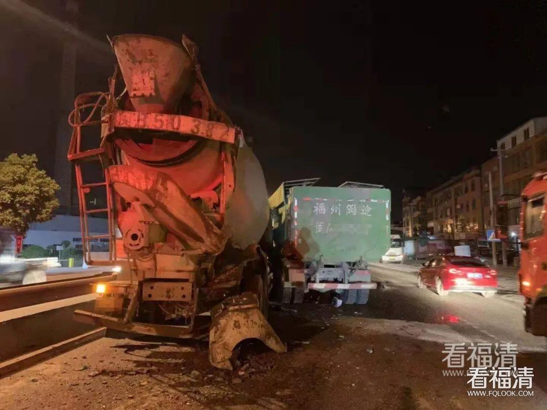 凌晨,宏路一声巨响,两大车撞上了!