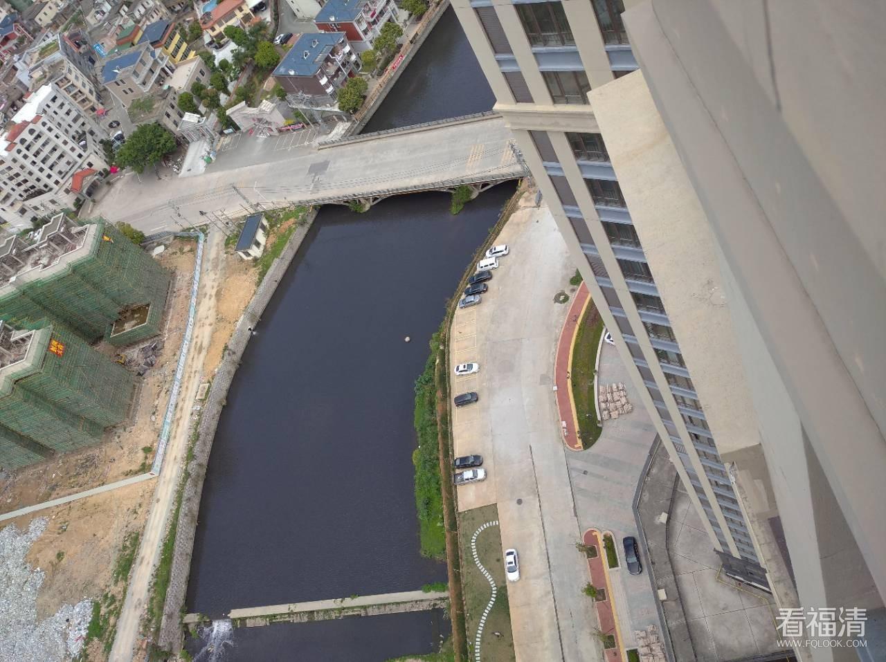 污水导致河流乌黑一片