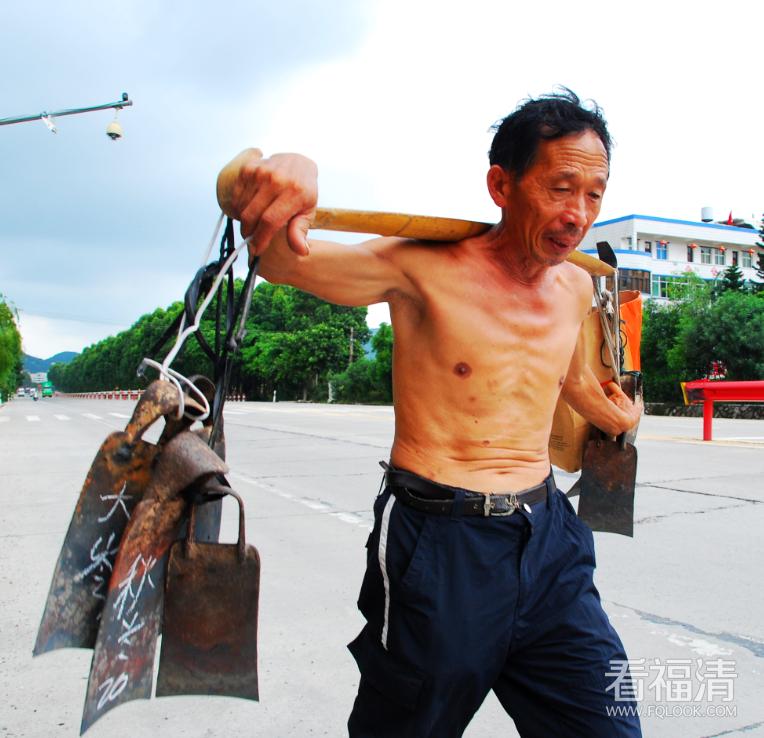 莆田籍林先生步行10公里为了加工锄头.郭成辉摄.jpg。。。.png