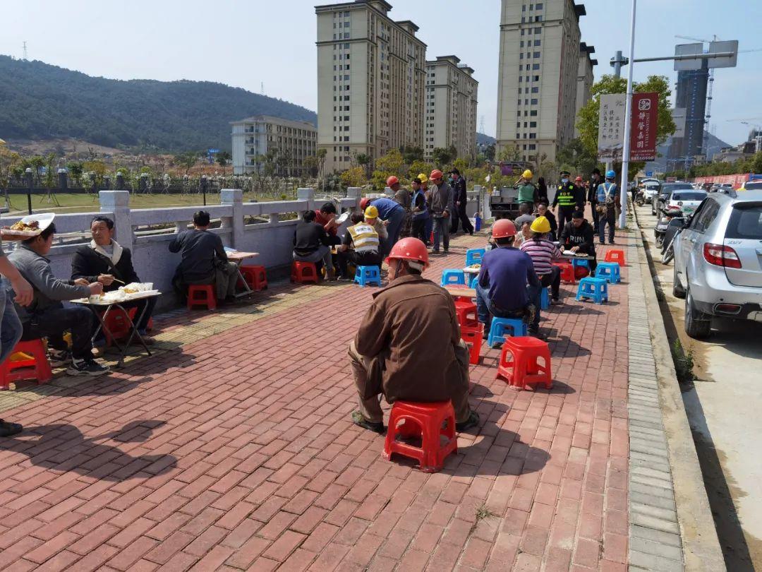福清城管整治工地盒飯攤點