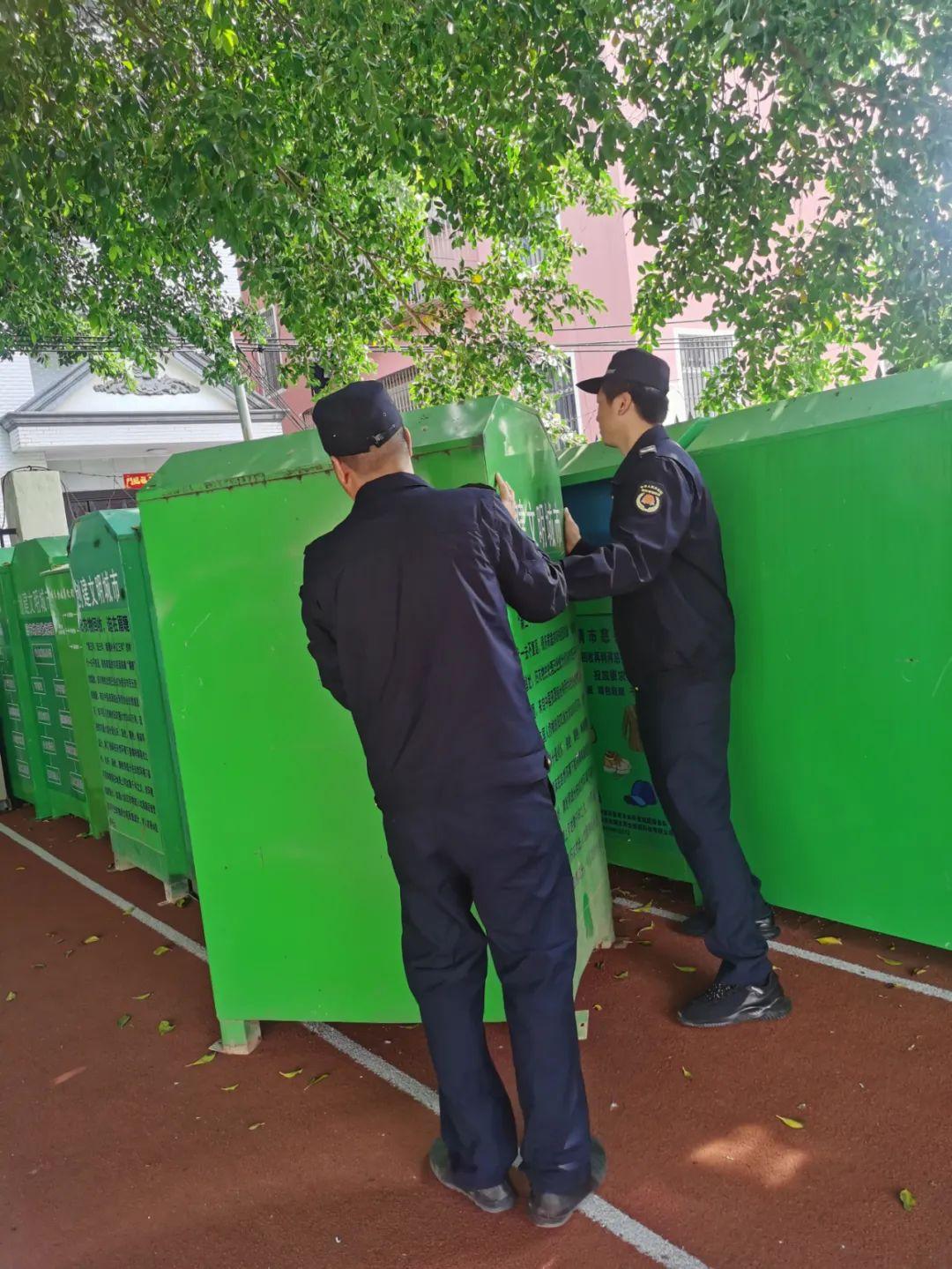 福清城管清理旧衣物回收箱